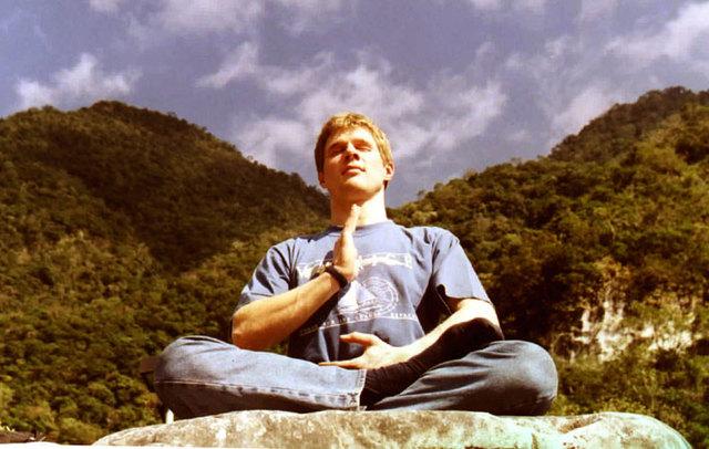 Молодой человек медитирует