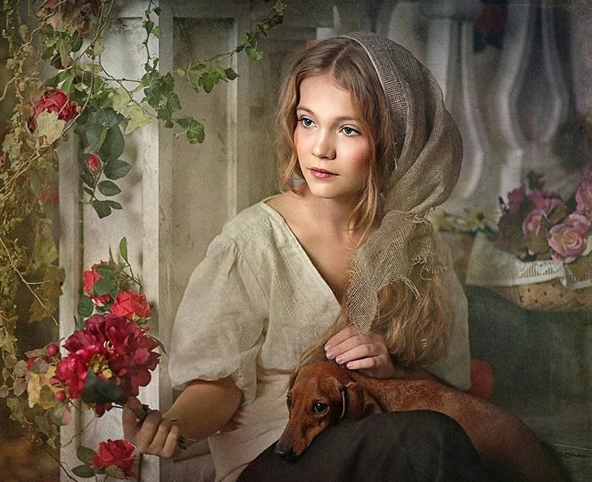 Красивая девушка, собака и цветы
