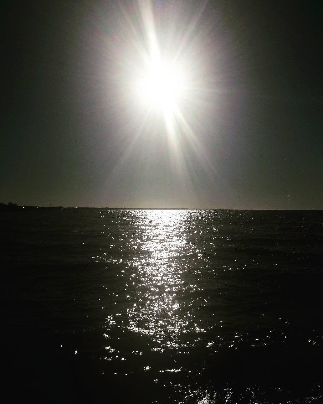 водная поверхность солнце светит