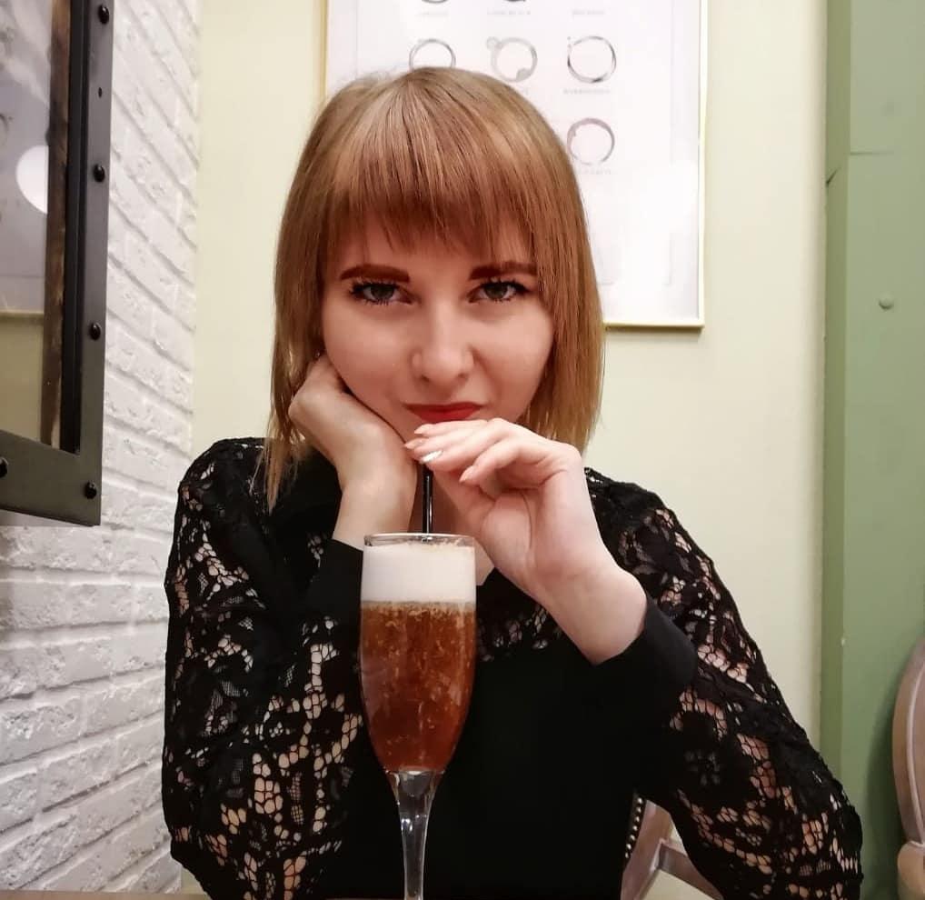 статья первое свидание от Маргариты Солнечной за столом сидит девушка смотрит